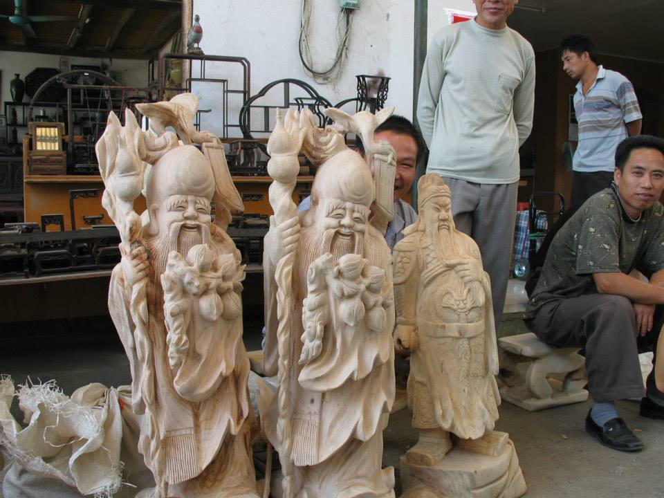 Smaller pieces or discards from the larger tree root carvers end up with the smaller carvers in Guilin